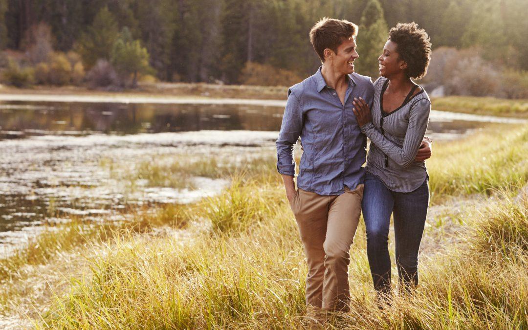 couple se promenant dans la nature enlacé