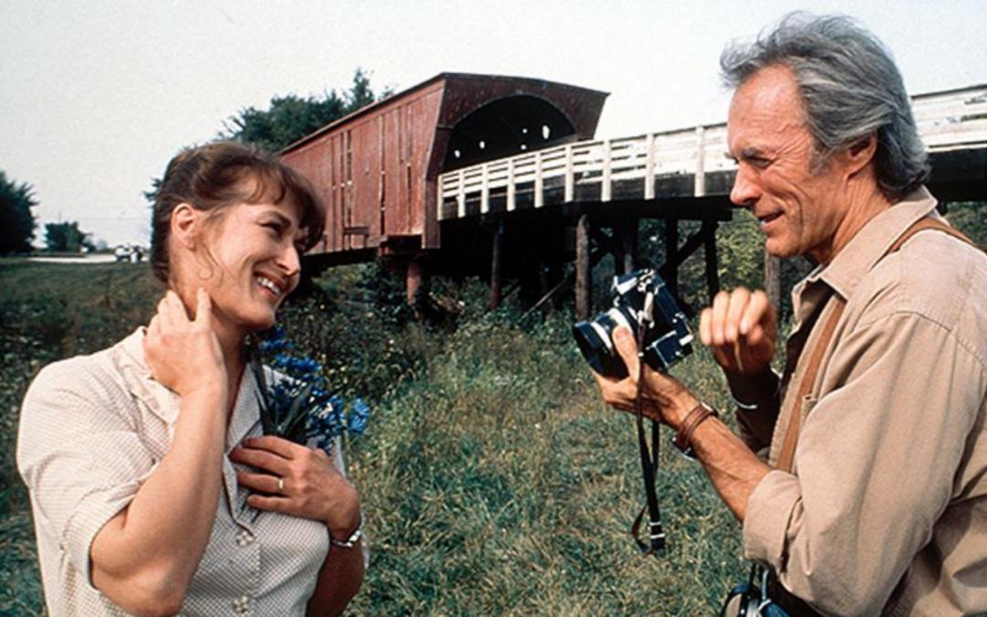 couple amoureux sur un pont