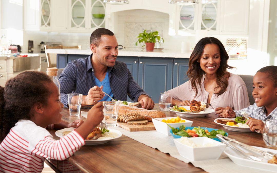 famille prenant un repas