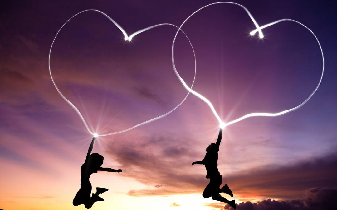 couple qui dessinent des cœurs dans le ciel