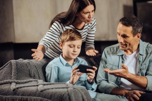 couple face à l'éducation de ses enfants